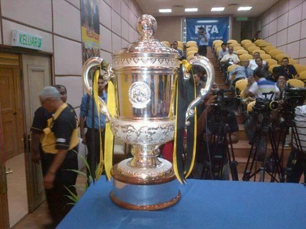 trofi piala fa 2012 Siapa Juara Final Piala FA 2012