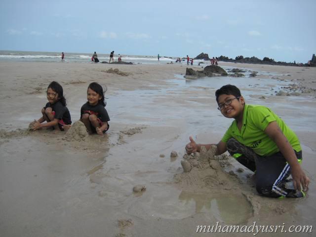 anak-anak main pasir tepi pantai